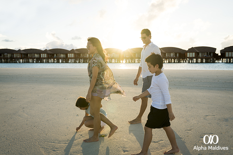 ANANTARA DHIGU MALDIVES RESORT_Family beach walk