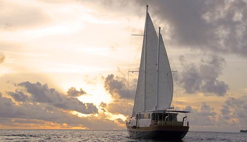 ANANTARA KIHAVAH VILLAS_Ocean Whisperer Yacht full sail
